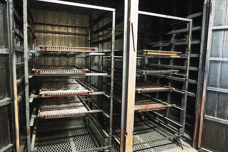 サバ節の燻製室
